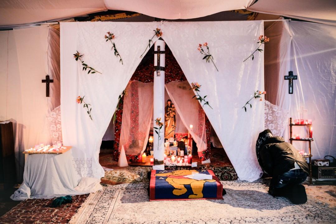 21 Novembre 2014 : Grace à une souscription entre migrants, les Ethiopiens ont construit une cette petite église orthodoxe au milieu de la «Jungle». Calais (62), France.