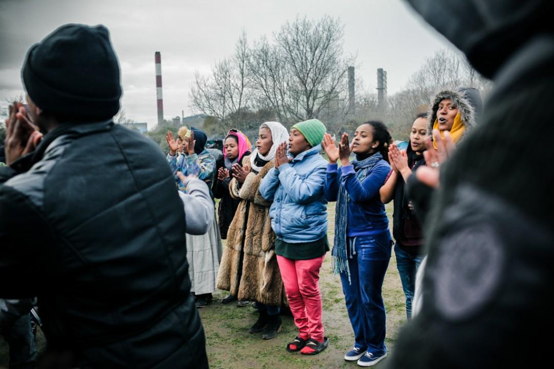 21 Novembre 2014 : Les fidèles célèbrent l'inauguration de l'église orthodoxe avec des chants et des danses. Camp appelé «la Jungle de Tioxide», Calais (62), France.