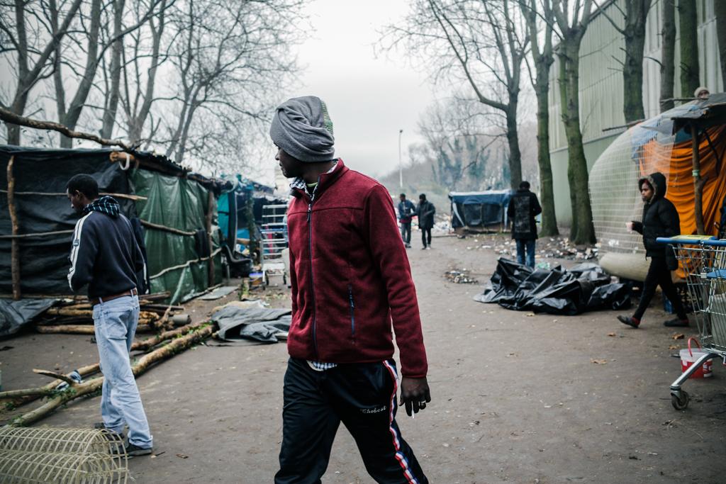 22 Novembre 2014 : La Jungle de Tioxide est le plus grand squat à ciel ouvert de la Région. Plus de cinq cents migrants sont répartis par communauté sur les vastesterrains de l'usine, toujours en fonctionnement. Calais (62), France.