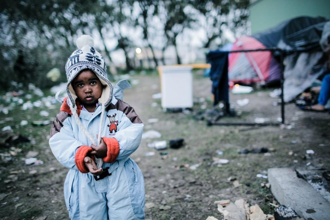 6 Septembre 2014 : Un enfant en bas-âge marche au milieu des détritus du campement de TIOXIDE. Calais (59), France.