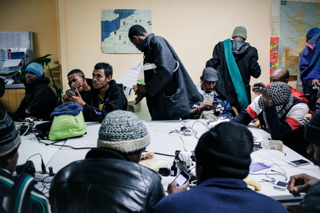 24 Novembre 2014 : Dans les locaux du Secours Catholique, les migrants viennent recharger leur portable et se connecter au WIFI. Ils peuvent aussi bénéficier d'un entretien pour préparer une demande d'asile en France. Calais (62), France.