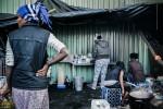 8 Septembre 2014 : Un restaurant informel propose des plats éthiopiens traditionnels et des boissons chaudes pour un prix modique, dans le camp appelé «la Jungle de Tioxide». Calais (62), France.