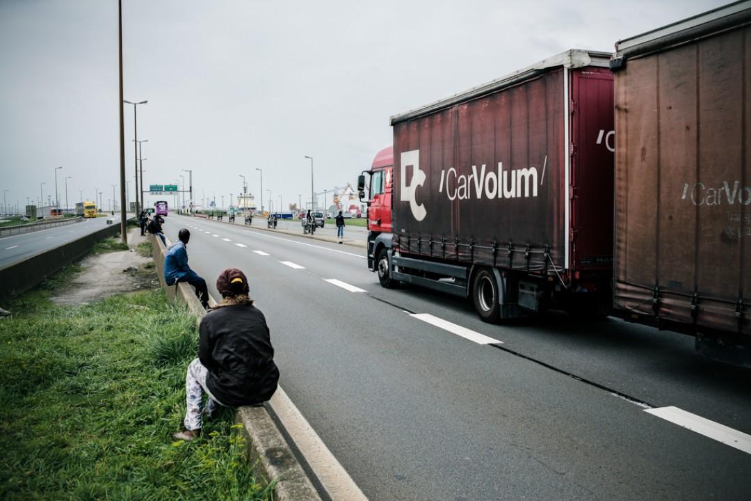 10 Septembre 2014 : Des migrants attendent au bord de l'autoroute à proximité de la zone portuaire. Plusieurs sont morts en voulant traverser l'autoroute. Calais (62), France.