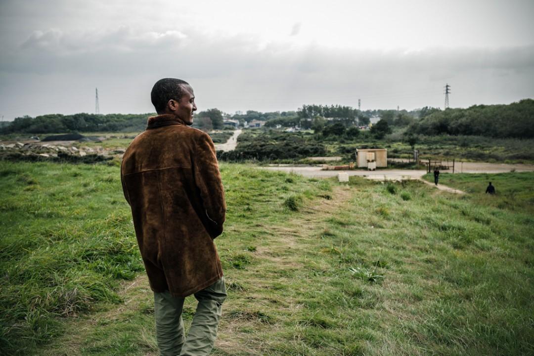 10 Septembre 2014 : Les forces de police ont usé de gaz lacrymogènes pour empêcher les migrants d'accéder au port. Tesfay retourne vers le campement de Tioxide. Calais (62), France.