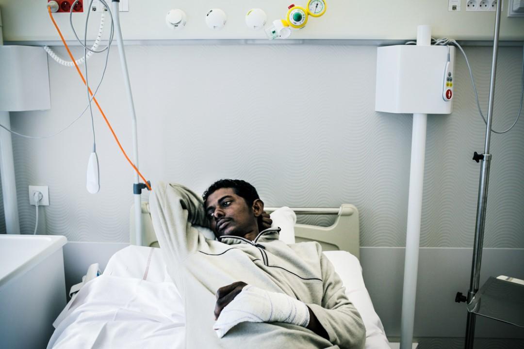 11 Septembre 2014 : Après avoir pénétré dans un camion stationné sur un parking, Slimane a eu la main gauche cassée lors d'une rixe policière. Une fois opéré, il a rejoint l'Angleterre. Calais (62), France.