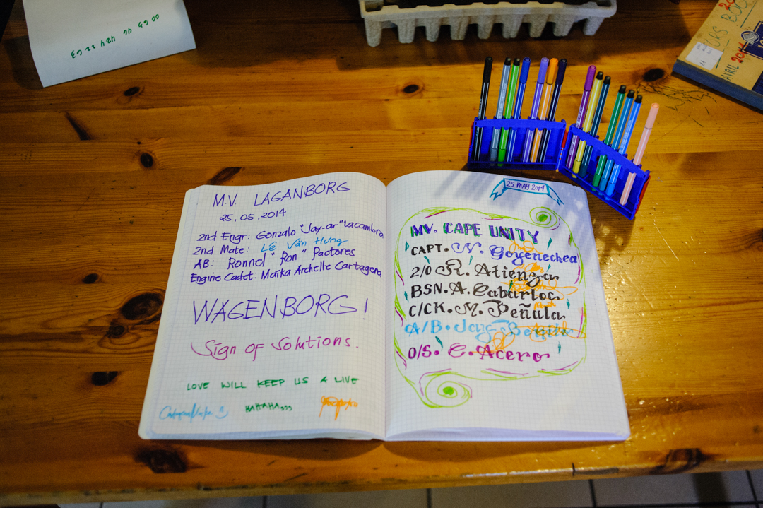"""10 juin 2014 : Le livre d'or signé par les marins au Seamen's Club, le foyer des marins animé par plusieurs bénévoles et le P. Bruno Lery, dans le cadre de l'accueil des marins proposé par """"La Mission de la Mer"""" à Port de Bouc (13), France.                                               June 10, 2014: At the Seamen's Club for  """"The Mission of the Sea"""", Port de Bouc (13), France."""