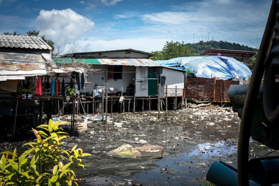 Août 2012 : vue d'un bidonville de la zone portuaire de Phuket, où vivent plusieurs milliers de travailleurs birmans immigrés en situation irrégulière. Thaïlande. August 2012: daily life for burmese refugee, Phuket, Thaïland.