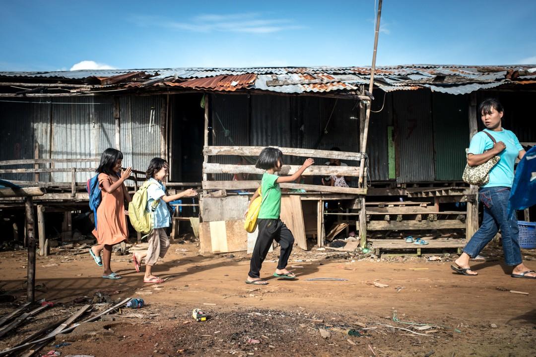 Août 2012 : Un groupe d'enfants birmans se rend dans l'école informelle montée par une religieuse thaïlandaise. Phuket, Thaïlande. August 2012: daily life for burmese refugee, Phuket, Thaïland.