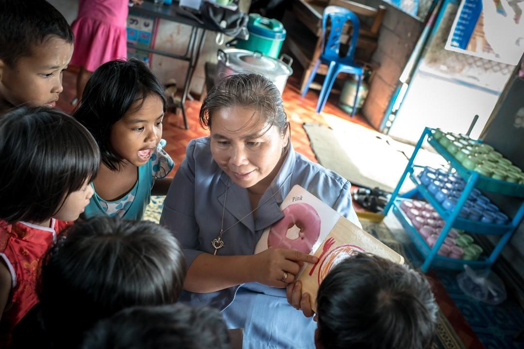 Août 2012 : Sister Lakana, une religieuse thaïlandaise soutenue par l'ONG française Enfants du Mékong, a monté une école informelle au milieu de l'un des bidonvilles de la zone portuaire de Phuket. Thaïlande. August 2012: daily life for burmese refugee, Phuket, Thaïland.
