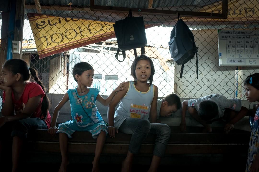 Août 2012 : Un groupe d'enfants birmans dans l'école informelle montée par une religieuse thaïlandaise à destination des enfants d'immigrés birmans au milieu d'un bidonville situé dans la zone portuaire de Phuket. Phuket, Thaïlande. August 2012: daily life for burmese refugee, Phuket, Thaïland.