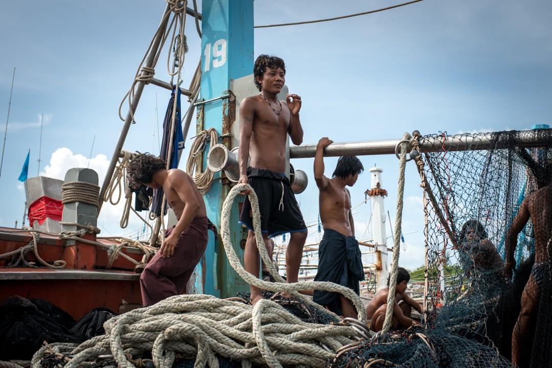 Août 2012 : Vie quotidienne de travailleurs birmans immigrés et en situation irrégulière en Thaïlande. La pêche est une des activité phares des migrants. Phuket, Thaïlande. August 2012: daily life for burmese refugee, Phuket, Thaïland.