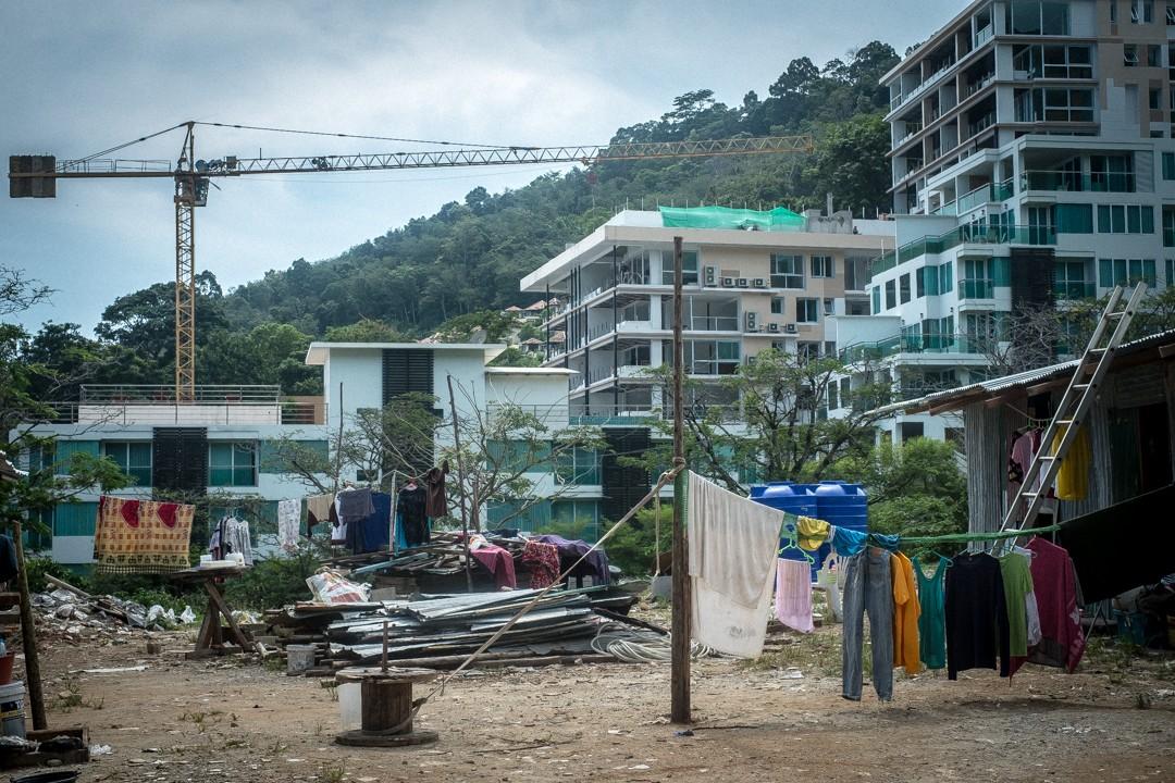 Août 2012 : Hôtel de luxe en construction. Phuket, Thaïlande. August 2012: daily life for burmese refugee, Phuket, Thaïland.