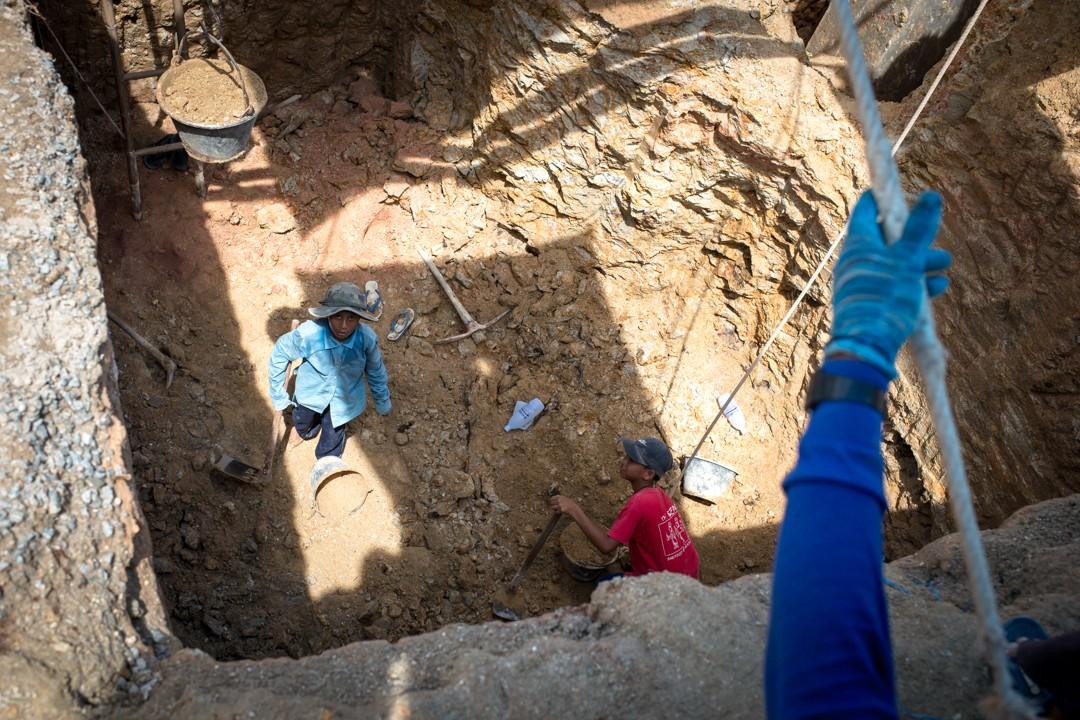Août 2012 : Htoo (en bleu) 12 ans, a perdu sa mère il y a un an. Son père s'étant remarié avec une femme qui ne veut pas de lui, il a été obligé de quitter la Birmanie et de venir travailler sur ce chantier de construction d'hôtel. Phuket, Thaïlande. August 2012: daily life for burmese refugee, Phuket, Thaïland.