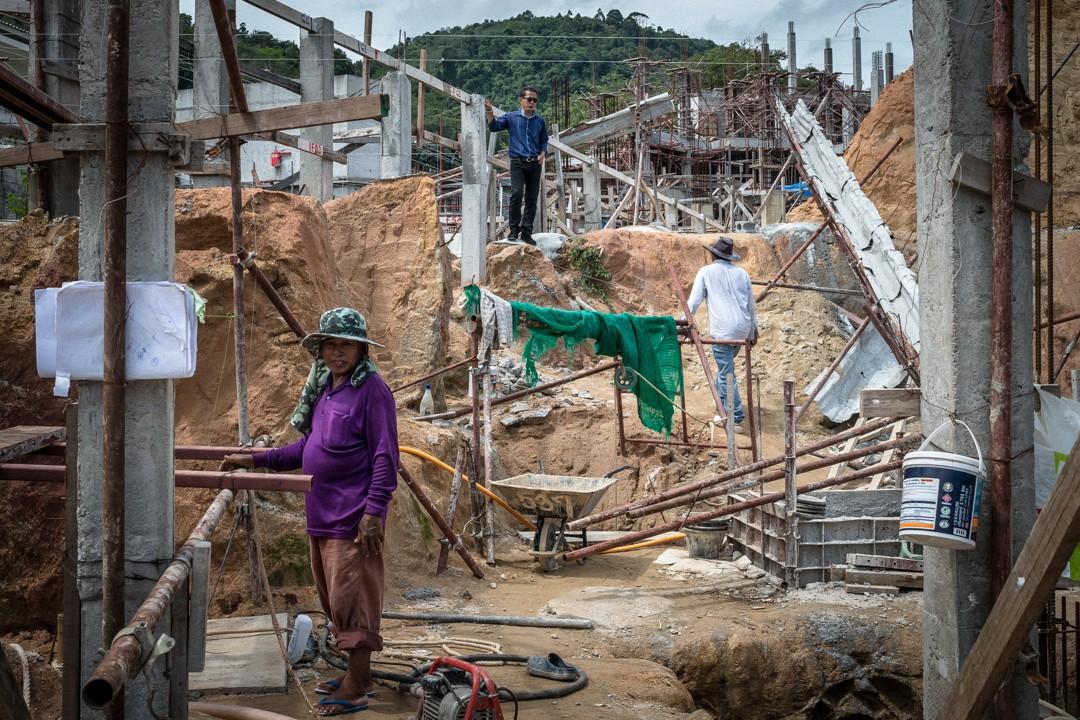 Août 2012 : Un contremaître vient observer l'avancée des travaux sur un chantier de construction d'hôtel de Phuket. Les entreprises de construction thaïlandaise font largement appel aux migrants birmans. Phuket, Thaïlande. August 2012: daily life for burmese refugee, Phuket, Thaïland.