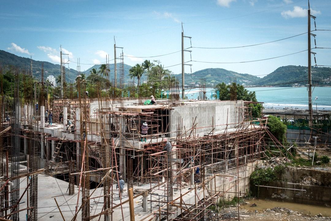 Août 2012 : Vue d'un chantier de construction d'hôtel de Phuket. Les entreprises de construction thaïlandaise font largement appel aux migrants birmans. Phuket, Thaïlande. August 2012: daily life for burmese refugee, Phuket, Thaïland.