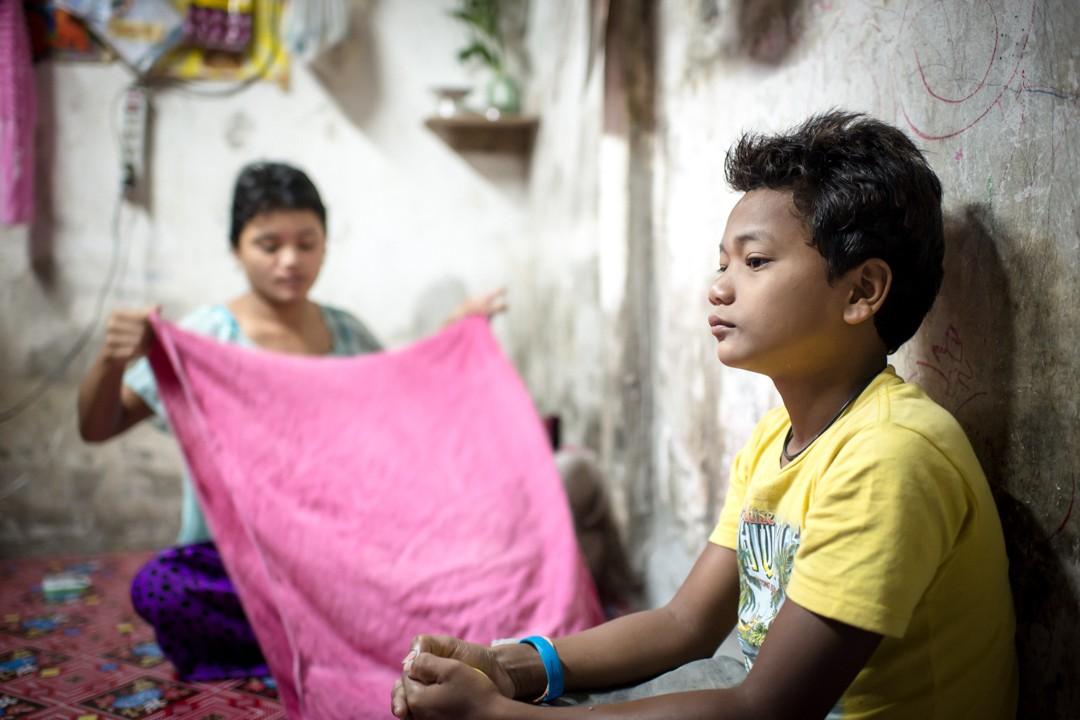 Août 2012 : WIN, le grand-frère de Aung, travaille comme pêcheur pour aider sa famille à rembourser l'énorme dette (près de 2000 euros) que la famille a contracté pour payer son passage de la Birmanie à la Thaïlande, au printemps 2012. WIN part pour des campagnes courtes : moins de 48h – son rôle à bord de ce chalutier est de plonger pour dégager le filet lorsqu'il se prend dans des morceaux de plastiques. Phuket, Thaïlande. August 2012: daily life for burmese refugee, Phuket, Thaïland.